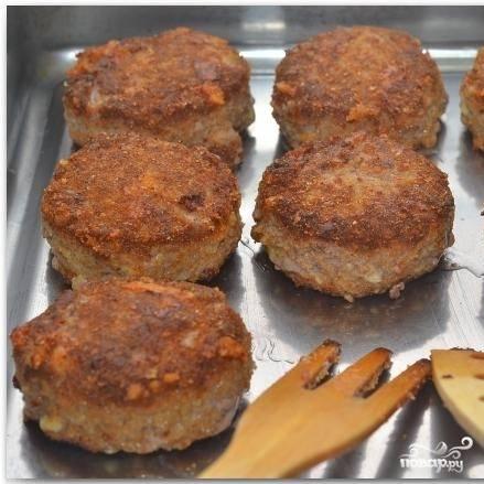 Покрывшиеся корочкой, но еще не доведенные до готовности котлеты кладем в форму для запекания и ставим в духовку, разогретую до 180 градусов, на 10 минут.