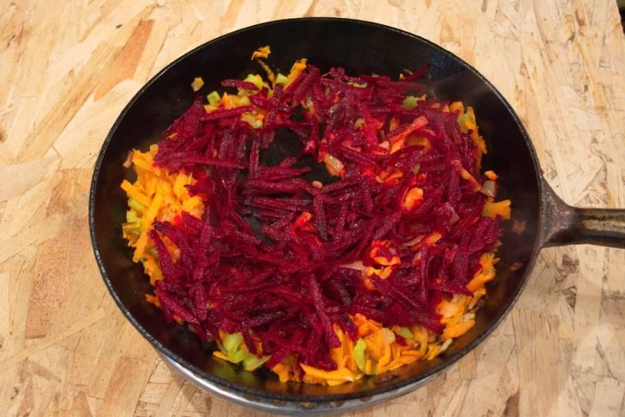 Добавляем морковь, болгарский перец. Жарим 5 минут и добавляем натертую свеклу. Тушим 2-3 минуты.