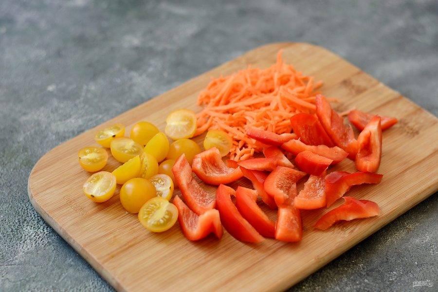 Помойте овощи, обсушите. У болгарского перца удалите семена и хвостик, нарежьте крупными ломтиками. Морковь очистите, натрите на терке для корейской моркови. Помидоры черри разрежьте пополам.
