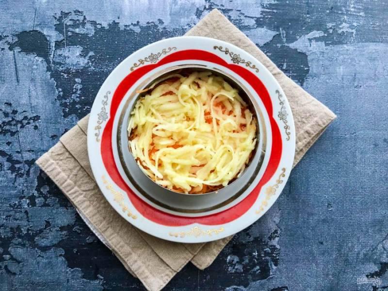 Яблоко очистите от шкурки, удалите сердцевину, натрите на средней терке и выложите поверх моркови.