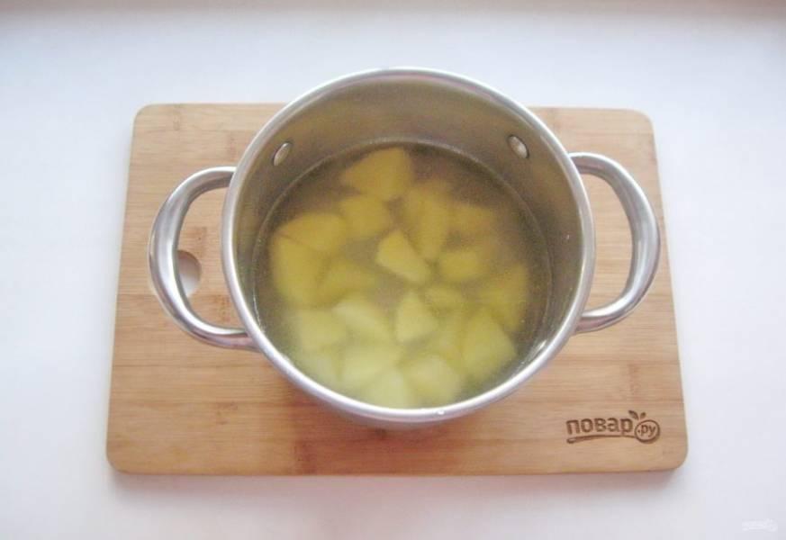 Картофель очистите, помойте и нарежьте. Выложите в кастрюлю и залейте водой.