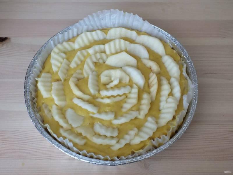 3 яблока почистите от кожуры и семенной коробочки, нарежьте дольками и украсьте верх  пирога. Поставьте выпекаться в духовку на 35 минут при температуре 180 градусов, после температуру убавьте до 160 градусов и выпекайте еще 25 минут. Готовность выпечки проверьте деревянной шпажкой.