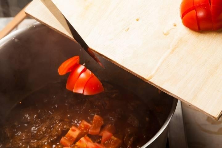 Также кладем помидор, перемешиваем.