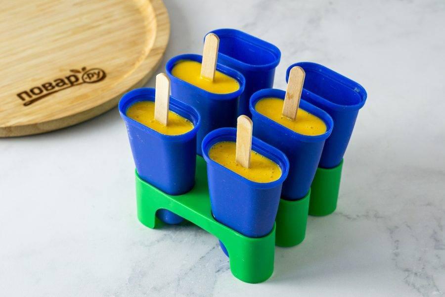 Разлейте по формочкам, вставьте палочки. Уберите в морозильник на 4 часа.