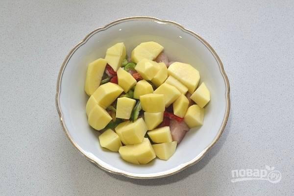 4. Нарежьте кубиками картофель.