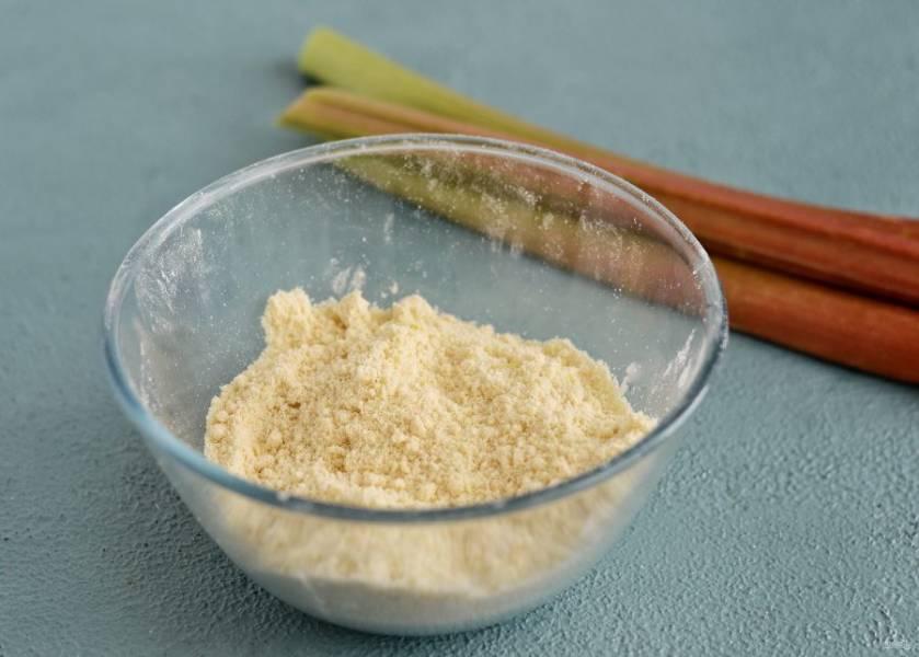 Смешайте в миске растительный спред, муку, сахар и лимонную цедру. Разотрите руками в крошку.
