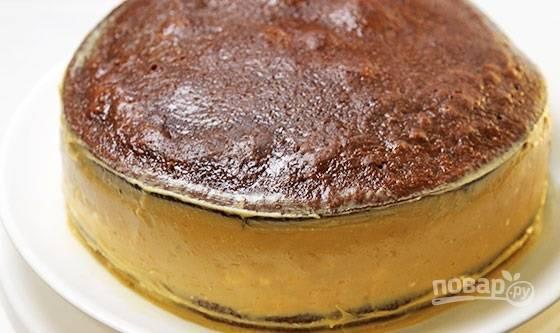 18. Накройте вторым коржом. Остатками крема тщательно замажьте бока торта.