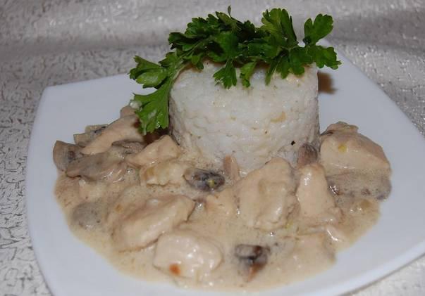 На гарнир отварите рис, подавайте все вместе, украсив зеленью. Приятного аппетита!