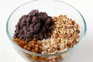 6. Теперь смешиваем с пшеницей мак, изюм и орехи, добавляем мед  и все перемешиваем. Сахар и соль добавляем по вкусу.