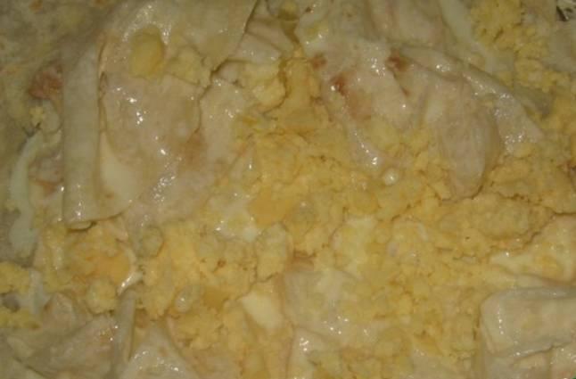 Выкладываем кусочки лаваша сверху, посыпая их сыром.