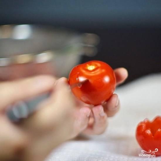 Сперва займемся помидорами. Острым ножом срезаем верхушку помидора (я готовил закуску для праздничного стола, поэтому вырезал красиво, под углом в 60 градусов, однако можно просто срезать верхушку горизонтально).