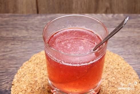 11. Сироп для пропитки готовьте из небольшого количества воды и сахара. Доведите до кипения и полностью растворите сахар. Добавьте клубничное пюре.
