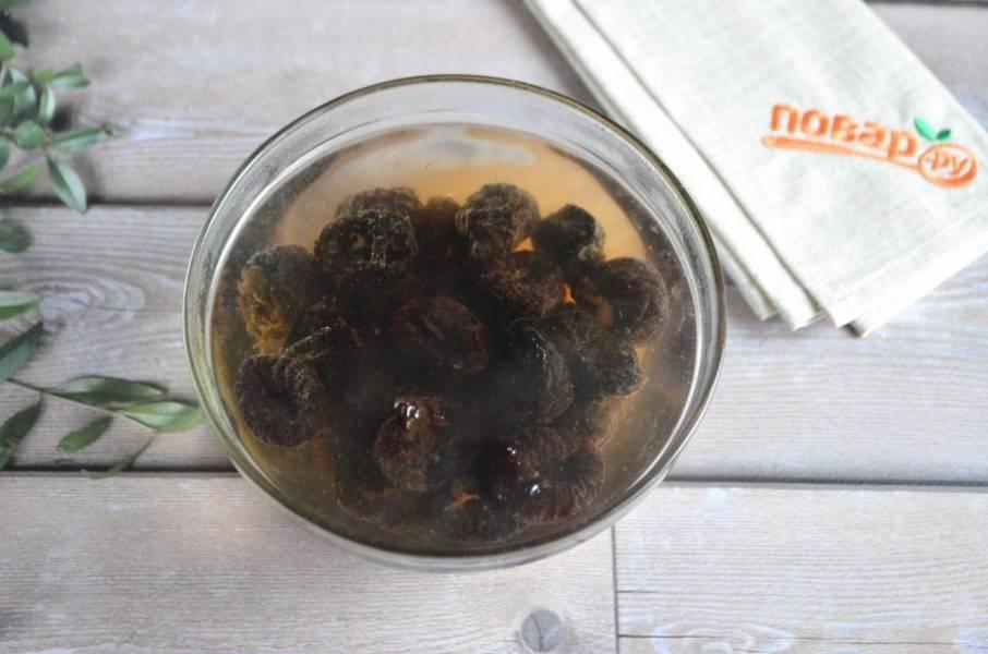 2. Чернослив залейте кипятком на 1-2 минуты. Потом воду слейте, дайте хорошо стечь влаге.