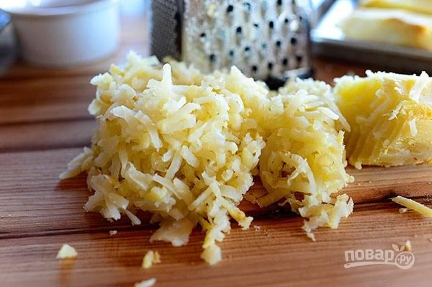 1. Натрите вареный картофель на средней терке.