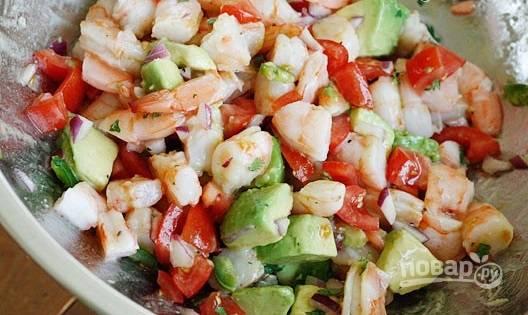 4. Соедините все ингредиенты с заправкой, аккуратно перемешайте — и все, салатик можно подавать к столу.  Приятного аппетита!