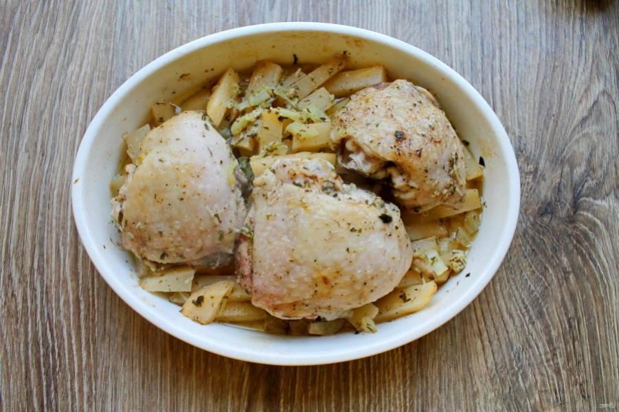 Закройте форму фольгой для запекания и поставьте в горячую духовку. Готовьте в течение 25 минут при температуре 180 градусов.