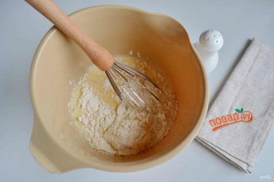 4. Добавьте просеянную пшеничную муку, венчиком или миксером сделайте тесто однородным и гладким, без комочков.