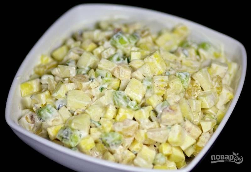 5. Фруктовый салат готов к подаче, украсьте листиками мяты.