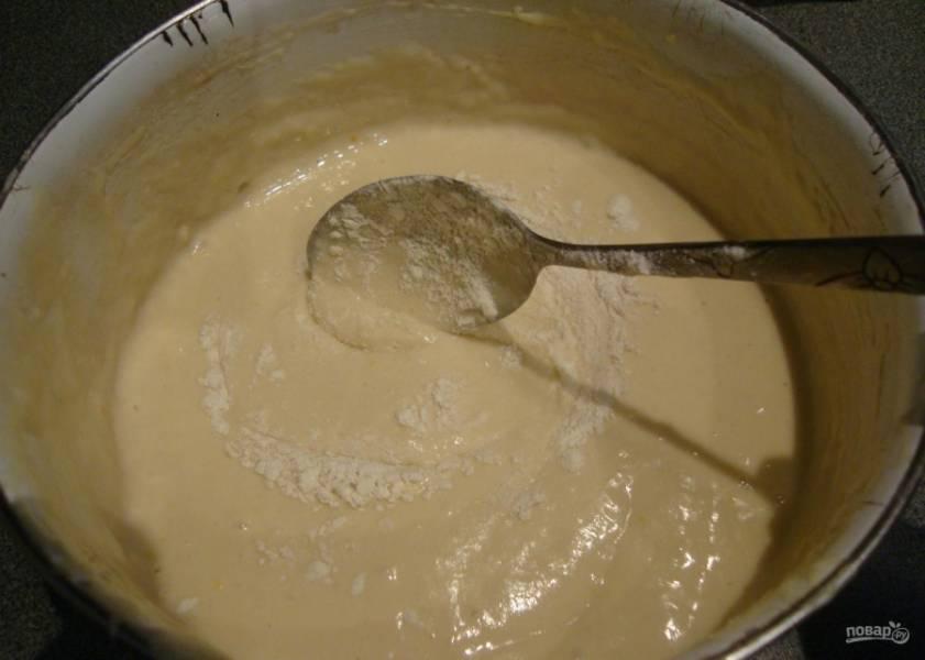 1. Особой разницы в порядке смешивания ингредиентов не вижу, поэтому в миску вливаю кефир, кладу яйцо, соду гашу уксусом, всыпаю сахарный песок. По необходимости добавляю муку (до получения консистенции густой сметаны).