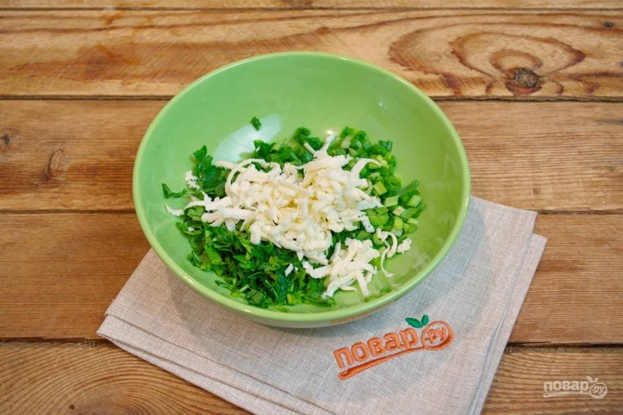 Добавьте натертый на терке сыр. Рецепт этого блюда встречается с сыром и без. При желании сыр можно не класть в начинку.