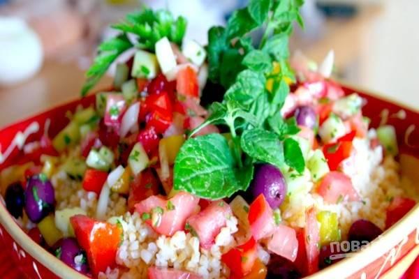 Салат украсьте свежей зеленью. Свежий и ароматный салат табуле из булгура готов!