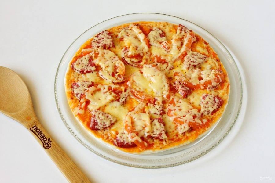 Пицца на готовой основе в микроволновке готова.