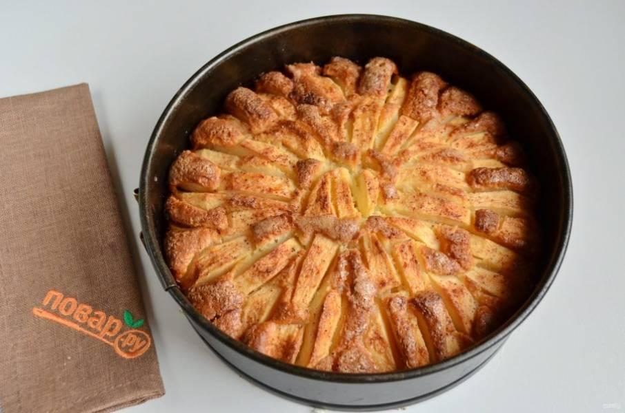 8. Готовый пирог остудите полностью, извлеките из формы, порежьте и к столу!