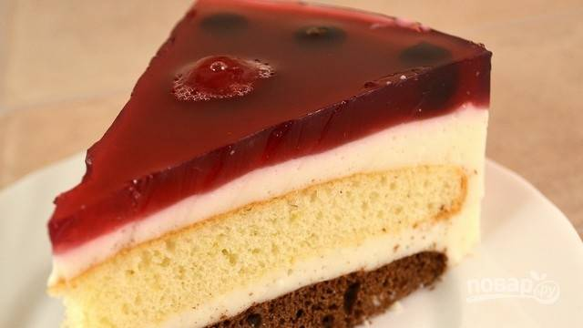 Оставьте торт с желе на 3 часа в холодильнике до полного застывания. Приятной дегустации!