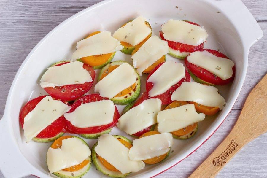 Поставьте овощи в разогретую до 180 градусов духовку на 5-7 минут.