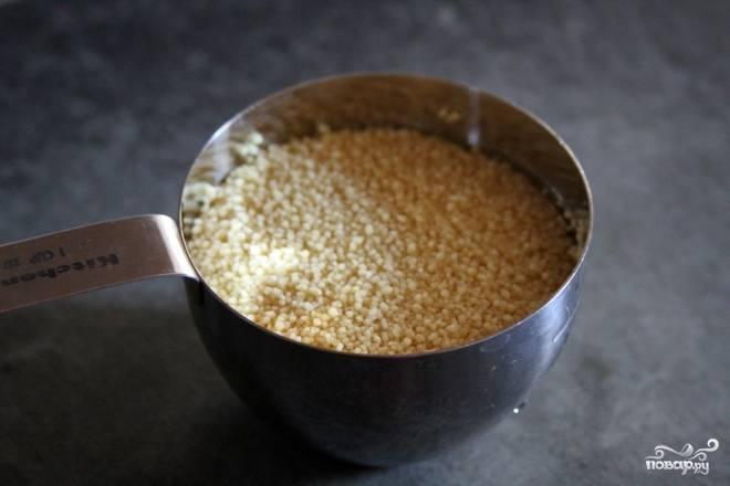 1. В маленькой кастрюльке доведите до кипения стакан воды. Добавьте кус-кус, перемешайте и плотно закройте крышкой. Выключите огонь и оставьте крупу настояться в течение 5 минут. Через 5 минут кашу можно будет выкладывать на сервировочное блюдо.