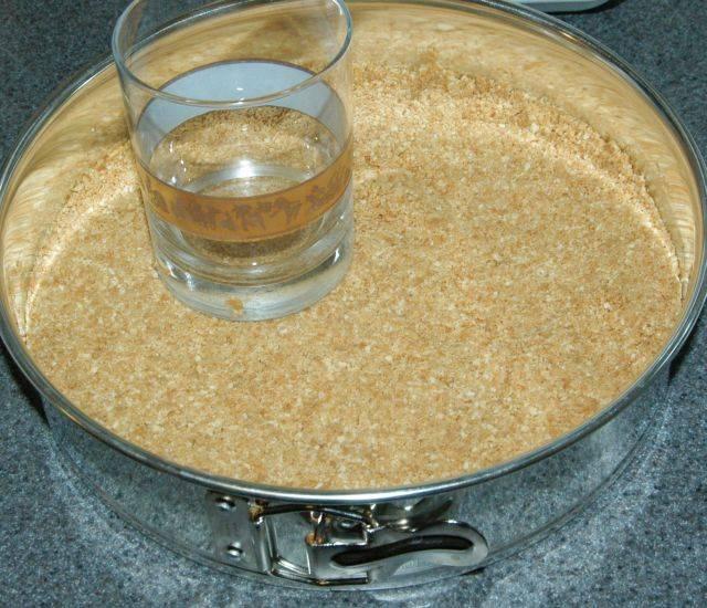 Растопить одну столовую ложку масла и использовать половину его на 10-ти дюймовой форме для выпечки. Затем вылить смесь из крекеров на форму. Придавите смесь тыльной стороной стакана для того, чтобы поверхность была идеально ровной.