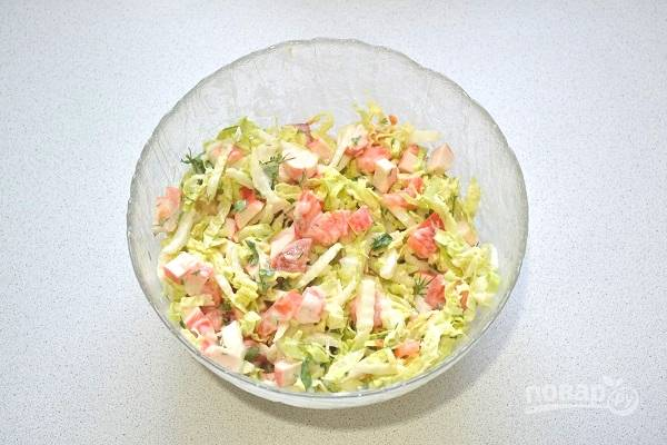 6. Выложите заправку в салат и все тщательно перемешайте.