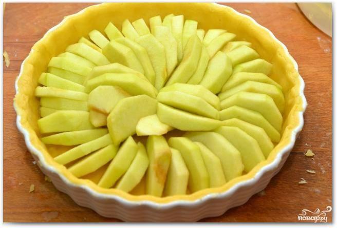 Красиво укладываем в форму наши яблоки.