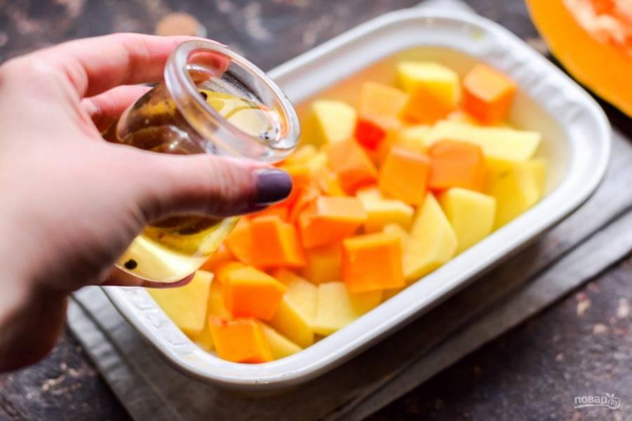 Влейте к овощам масло, добавьте специи.