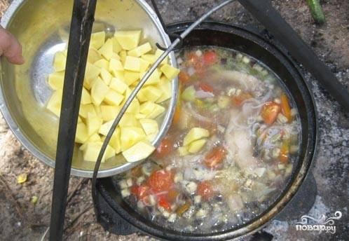 Следом добавляем порезанный кубиками картофель.