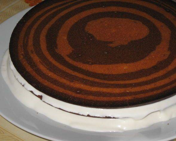 8. Отправляем коржи выпекаться в разогретую до 200 градусов духовку. Каждый корж выпекается около 10 минут. Даем им остыть, после чего можно промазывать остывшим кремом.
