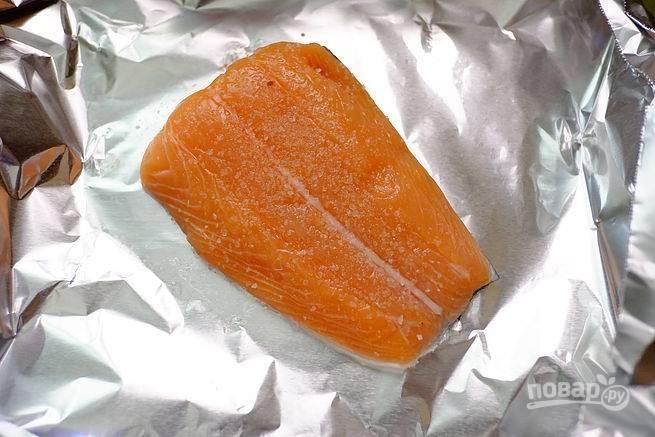 1. Филе вымойте, обсушите бумажной салфеткой и выложите на лист фольги (каждый кусочек отдельно). Добавьте по вкусу щепотку соли и перца.
