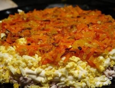 Затем выкладываем слой остывшей моркови с луком.