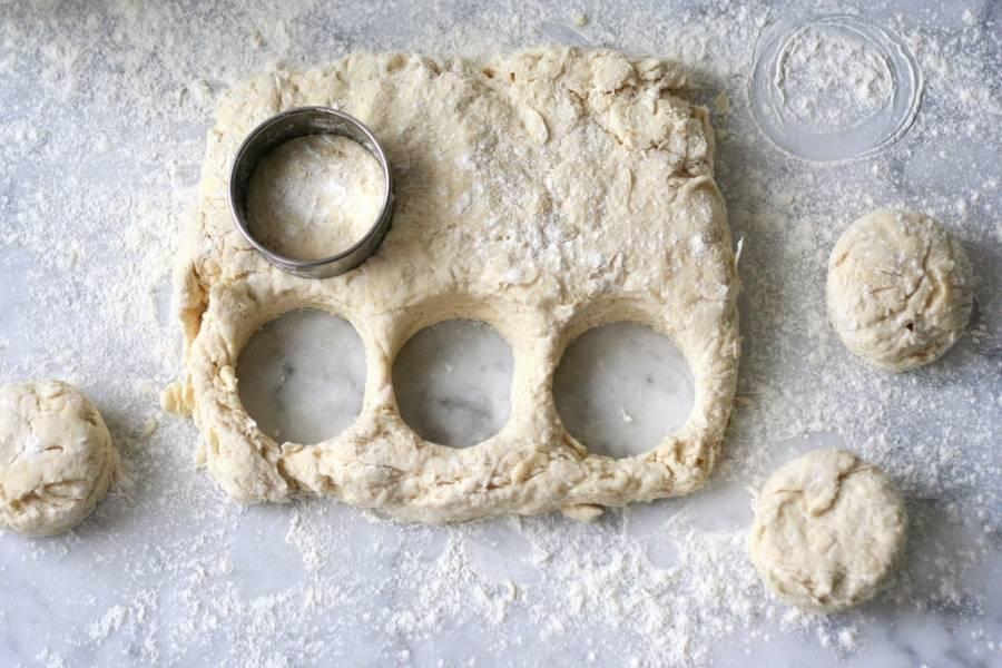 2. Из этого теста раскатаем лепешку. Формочкой или стаканом выдавливаем одинаковые кругляши - будущие печеньки.