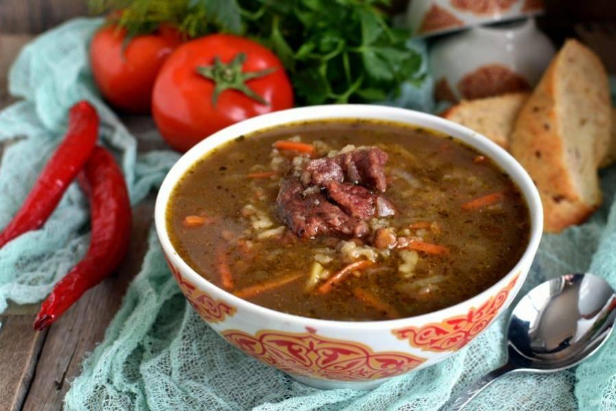 Подавайте суп с лепешками, острым перцем и свежей зеленью.