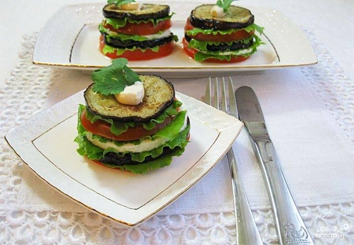 Аккуратно выложите слои баклажана, помидора и брынзы, перемежая их листочками салата. Легкая закуска готова. Приятного аппетита!