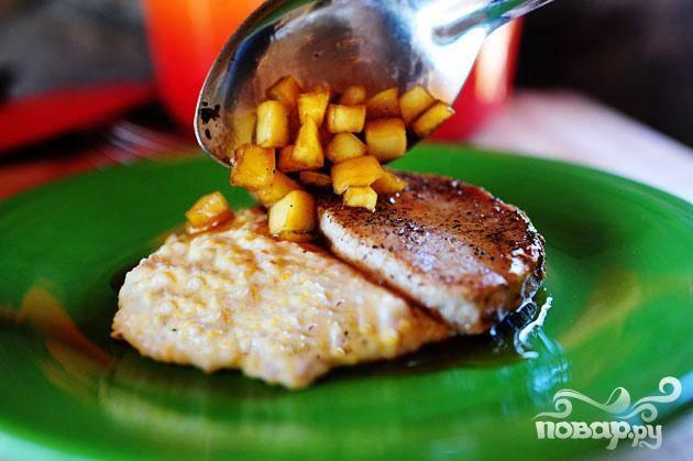 8. Полить свиные отбивные яблочным соусом и подавать со сливочной крупой.