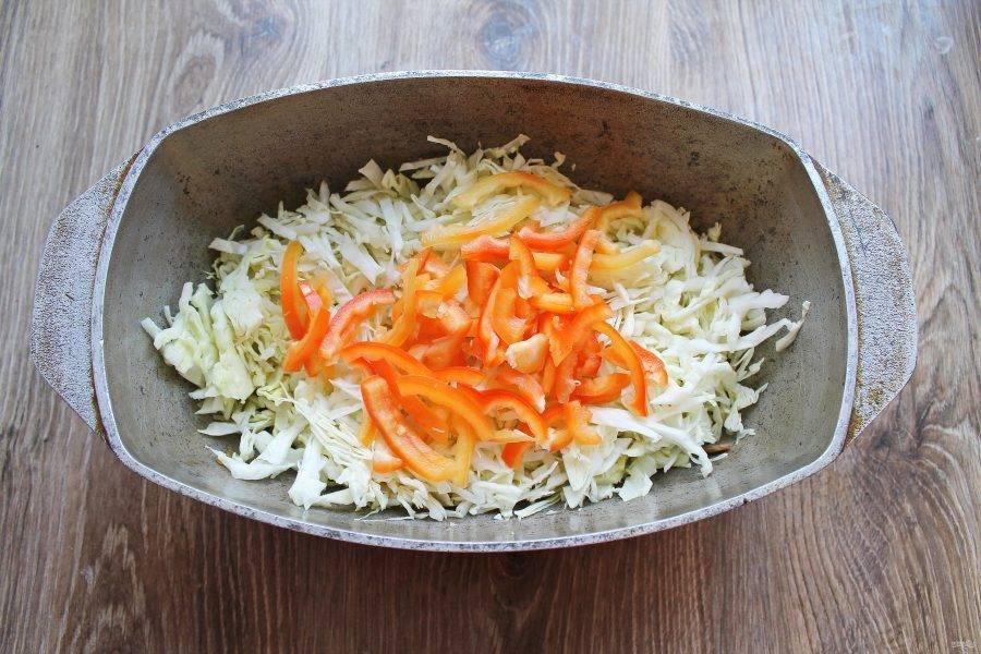 Болгарский перец почистите от семян и плодоножки, порежьте тонкой соломкой, добавьте к мясу, капусте и луку.
