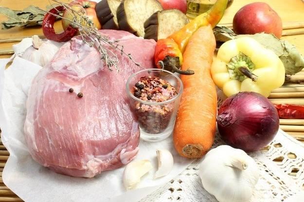 1. Свинина сбалансированно сочетает в своем составе микроэлементы и витамины, жирные кислоты и аминокислоты. Каждая часть туши готовится разным способом и любое блюдо из свинины всегда восхитительно вкусное. Я решила приготовить ее со свежими овощами в рукаве.
