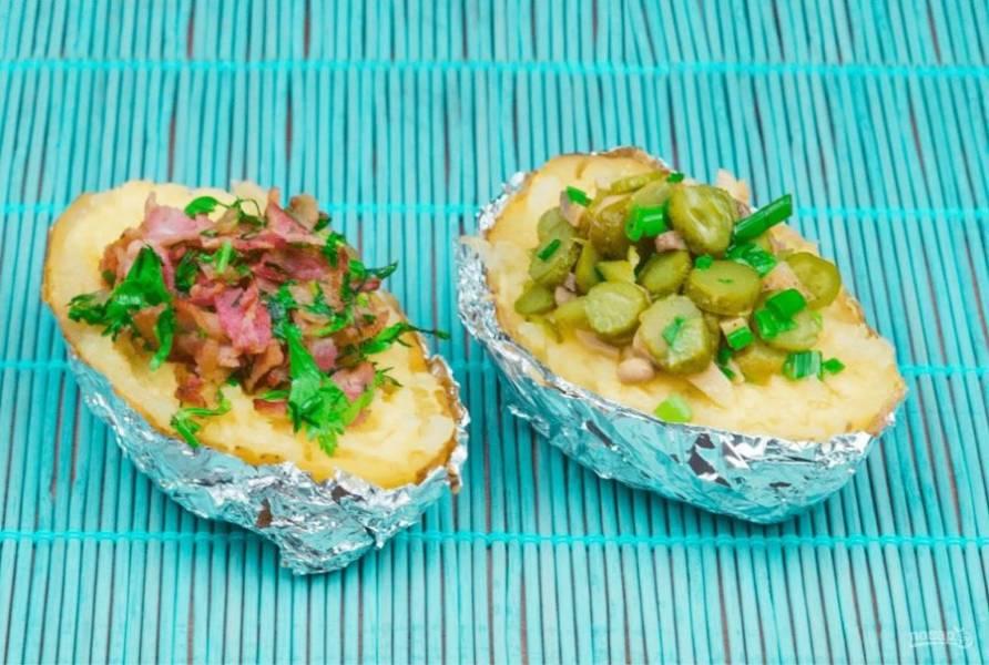 5. Хорошо перемешайте средину картофеля и подавайте, наполнив лодочки приготовленными начинками. Приятного аппетита!