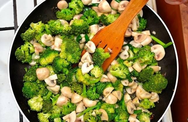 Затем обжариваем овощи около 5-7 минут, постоянно перемешивая.