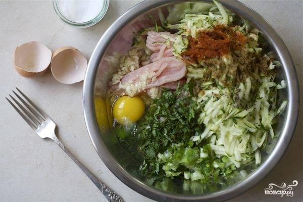 1. Филе перекрутим в мясорубке, добавим тертый кабачок, измельченный лук и все-все специи. Перемешаем, добавим яйцо и опять перемешаем до однородности.