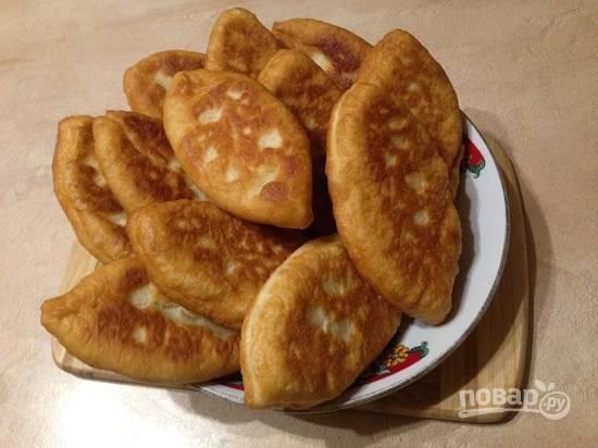 После жарки выкладываем пирожки на бумажные полотенца, пусть они впитают лишний жир. И вот румяные, мягкие и вкусные пирожки готовы.