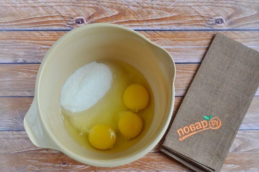 2. Соедините яйца с сахаром в высокой таре для взбивания. Миксером взбейте массу до пышной густой пены.