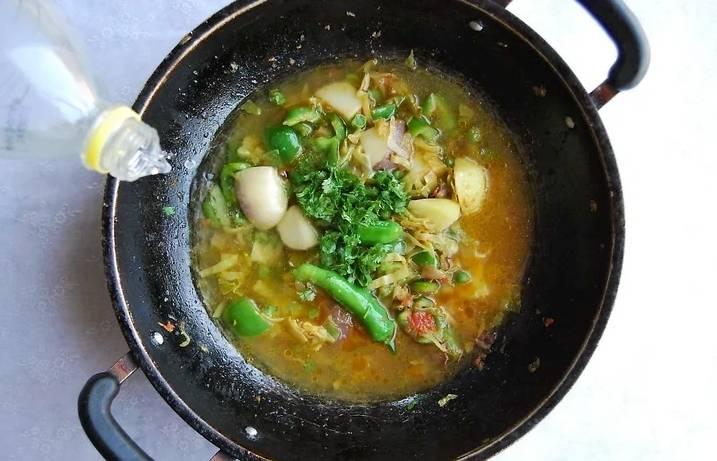 Затем влейте воду, добавьте измельченную зелень. Можно добавить немного бульона.